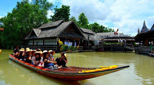 Vi vu trên con thuyền đuôi dài chợ nổi Pattaya
